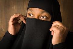 Het moslimvrouw verbergen achter sluier Stock Foto's