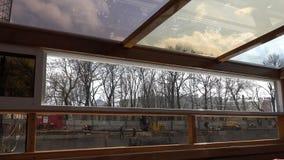 Het motorschip gaat langs de rivier voorbij de bouwkraan over stock videobeelden