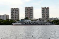 Het motorschip ` Ilya Muromets ` wordt vastgelegd bij de Noordelijke Rivierpost bij Khimki-Reservoir in Moskou stock afbeelding