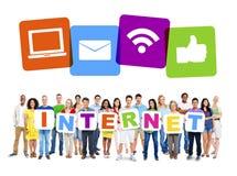 Het multi-etnische Alfabet van de Groeps Mensen Holding aan Vorm Internet Royalty-vrije Stock Foto