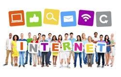 Het multi-etnische Alfabet van de Groeps Mensen Holding aan Vorm Internet Stock Fotografie