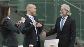 Het multi-etnische commerciële team viert succes royalty-vrije stock foto