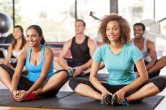 Het multi-etnische groep uitrekken zich in een gymnastiek Royalty-vrije Stock Afbeeldingen