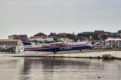 Het multifunctionele amfibievliegtuig Beriev -200ES keert naar basis na demonstratievluchten terug over het water van de Zwarte Z royalty-vrije stock fotografie