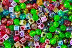 Het multikleurenplastiek parelt en dobbelt Stock Fotografie