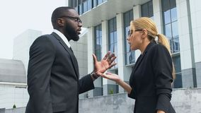 Het multiraciale collega's openlucht betwisten, meningsverschillen in bedrijfsstrategie stock video