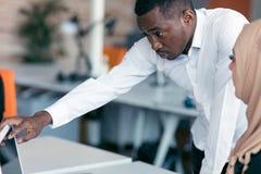 Het multiraciale eigentijdse bedrijfsmensen werken royalty-vrije stock foto