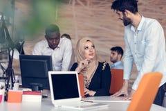 Het multiraciale eigentijdse bedrijfsmensen werken Royalty-vrije Stock Afbeelding
