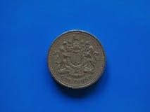 Het muntstuk van één Pondgbp, het Verenigd Koninkrijk het UK over blauw Royalty-vrije Stock Foto