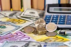 het muntstuk van de V.S., eurocent, één pond op dollar liggen en euro rekeningen die Stock Foto's