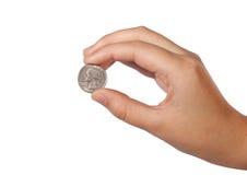 Het muntstuk van de V.S. tussen de vingers Royalty-vrije Stock Fotografie