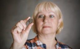 Het muntstuk van de vrouwenholding royalty-vrije stock foto's