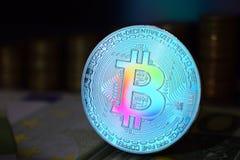Het muntstuk van regenboog fysieke bitcoin is BTC, bij voorkeur kleurenblauw royalty-vrije stock fotografie