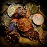 Het muntstuk van vijf eurocenten ligt op de achtergrond van muntstukken Euro mo Stock Foto