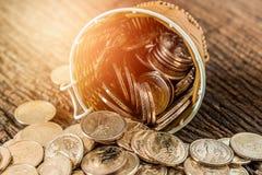Het muntstukplons van het dollarsgeld uit de mand Royalty-vrije Stock Foto