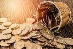 Het muntstukplons van het dollarsgeld uit de mand Royalty-vrije Stock Afbeeldingen