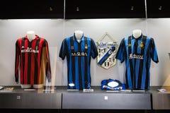 Het museum is beroemd voor spelers van voetbalclubs de Intermilaan en T-shirts van Milaan bij het stadion van San Siro stock foto
