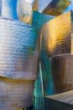 Het museum Bilbao van Guggenheim bij schemer stock foto