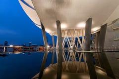 Het Museum van ArtScience tijdens blauw uur Stock Fotografie