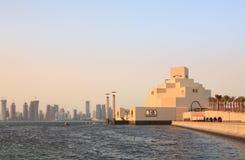 Het museum van Doha en skylne Royalty-vrije Stock Foto's