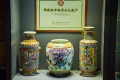 Het Museum van Guangdong van ceramische vazen van diverse kleuren Stock Fotografie