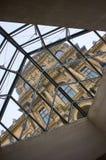 Het museum van Parijs Luvre en hogere mening door het artistieke venster Stock Afbeeldingen