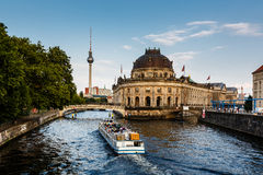 Het Museumeiland van Approacing van de rivierboot, Berlijn stock fotografie