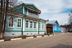 Het Museumhuis van Gravin Panina, oud blauw blokhuis met gesneden patronen stock fotografie