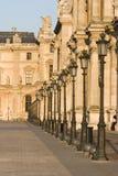 Het museumrij van het Louvre van lampen - Frankrijk - Parijs stock fotografie