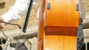 Het muzikale instrument van het contrabaskoord stock video