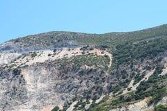 Het Myrthos-strand met bergen het omringen Stock Afbeelding