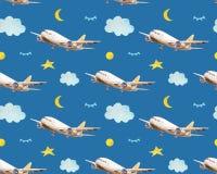 Het naadloze babypatroon met vliegende vliegtuigen, wolken, manen, speelt in nachthemel mee in waterverfstijl stock foto's