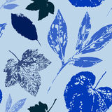 Het naadloze bloemenpatroon met doorbladert Royalty-vrije Stock Fotografie