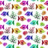 Het naadloze het patroon mariene leven van het waterverfbeeldverhaal: vissen, bellen, koralen en shells royalty-vrije stock afbeelding