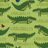 Het naadloze patroon met grappig en leuk hand-trekt crocodilies, vogels Stock Foto's