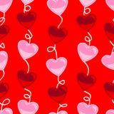 Het naadloze patroon van de hartvorm over rood Stock Foto's