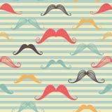 Het naadloze patroon van de snor in uitstekende stijl Patroon of textuur met krullende retro herensnorren op gestreepte achtergro Stock Foto