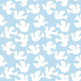 Het naadloze witte duiven vliegen Stock Afbeelding