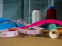 Het naaien begrippen met een achtergrond van een naaiend patroon stock afbeelding