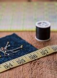 Het naaien begrippen op een rustieke houten oppervlakte stock afbeelding