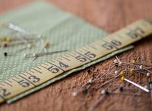 Het naaien begrippen op een rustieke houten oppervlakte stock foto's