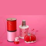 Het naaien Begrippen op Roze Achtergrond royalty-vrije stock afbeelding