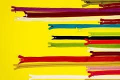 Het naaien concept Kleurrijke ritssluitingen Stock Foto's