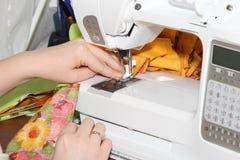 Het naaien door de naaimachine Royalty-vrije Stock Foto's