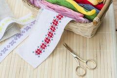 Het naaien en ambroideryambachtuitrusting, borduurwerkdraad in mand en andere hulpmiddelen Royalty-vrije Stock Afbeeldingen