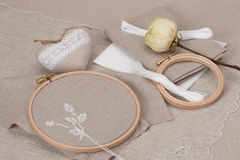 Het naaien en de Uitrusting van de Borduurwerkambacht Droog nam toe Royalty-vrije Stock Foto's