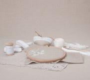 Het naaien en de Uitrusting van de Borduurwerkambacht Natuurlijk linnen Stock Foto's