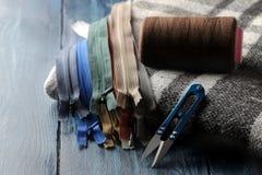 Het naaien en handwerktoebehoren, schaar op een blauwe houten achtergrond royalty-vrije stock afbeelding