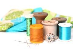 Het naaien en het Watteren Draad op Wit stock afbeeldingen