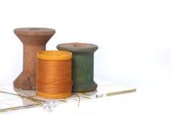 Het naaien en het Watteren Draad op Wit Royalty-vrije Stock Fotografie